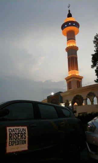 datsun Go berpose dengan latar belakang mesjid terbesar di Indonesia, masjid agung rokan hulu