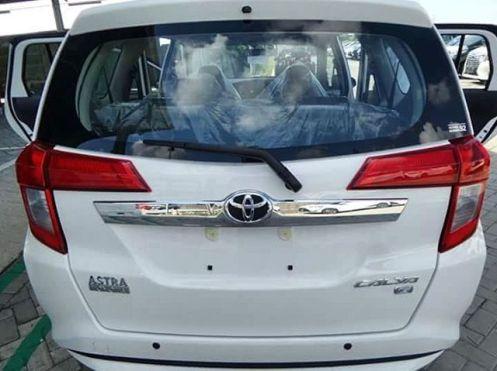 Toyota Calya warna Putih tampak belakang