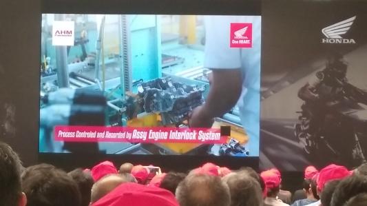 Proses produksi masih membutuhkan skill manusia, yang memang belum bisa digantikan mesin sepenuhnya.