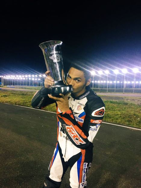 Andi Farhat dari tim balap Astra Racing Team Sulsel berhasil meraih mimpinya menjadi juara nasional di kelas tertinggi MP1 menggunakan New Honda Sonic 150R.