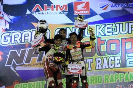 Pebalap Honda (tengah) Andi Farhat, (kiri) Anggi Permana dan (kanan) Handy Tuahatu berhasil sapu bersih podium kelas bergengsi MP1 di race kedua Grand Final Kejuaran Nasional Motoprix 2016 di Sidrap, Sulawesi Selatan (18/12).